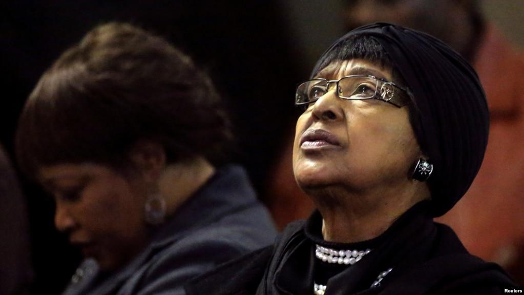 Winnie Madikizela-Mandela, l'ex-femme de Nelson Mandela, et sa fille Zindzi, à Johannesburg, le 5 juillet 2013.