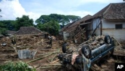 Regu penyelamat melakukan pencarian korban yang terdampak paling parah akibat banjir bandang di Garut, Jawa Barat, 21 September 2016 (AP Photo).