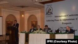 افغان سفیر عمر زخیلوال کانفرنس سے خطاب کرتے ہوئے
