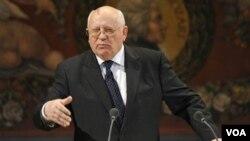Mikhail Gorbachev (atas) pernah ditahan oleh sekelompok kecil komunis garis keras, yang menentang program reformasinya, pada 19 Agustus 1991.