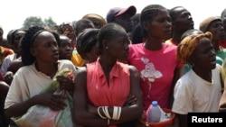 为逃避战乱而逃离家园的中非共和国民众在首都班吉城外的机场栖身并等待领取救援物资。(2014年1月7日)