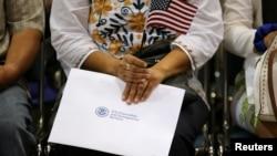 Những người chỉ trích câu hỏi về quốc tịch nói rằng nó có thể khiến người nhập cư, và có lẽ nhiều công dân, không muốn hồi đáp và do đó dẫn đến việc đếm sót, với ảnh hưởng bất cân xứng đối với các bang theo Đảng Dân chủ.