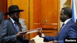 Predsednik Južnog Sudana Salva Kir (L) i lider pobunjenika Riek Mašar nakon potpisivanja sporazuma u Etiopiji