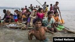 Người tị nạn Rohingya vượt sông Naf ngăn cách Bangladesh và Myanmar. (UNHCR/Andrew McConnell)