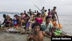 'Yan kabilar Rohingya dake tserewa daga Myanmar suna tsarawa ta tekun da ya raba kasarsu da Bangladesh