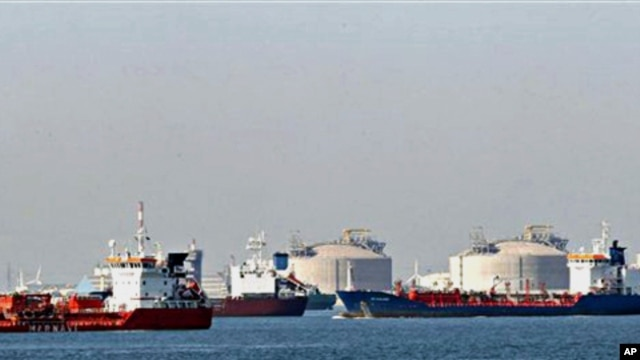 Tankers wait off Fos-sur-Mer, southern France, as ships are prevented from unloading their cargo due to the strike at French Marseille port's Fos-Lavera, 07 Oct. 2010