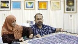 Al-Quran berwarna tulisan tangan terbesar di dunia. Seorang seniman di Pakistan telah mengambil tugas untuk menorehkan ayat-ayat Al-Qur'an di atas kanvas dengan huruf aluminium berlapis emas. (Foto: REUTERS/Tim Shaffer)