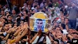 Ðám tang của Morqos Kamal, tín đồ Ky tô giáo bị giết trong các vụ xung đột với tín đồ Hồi giáo tại thị trấn Khosoos , ngày 7/4/2013.