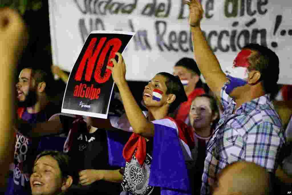 مظاہرین صدر کو دوسری مدت کے لیے انتخاب میں حصہ لینے کے خلاف ہیں۔