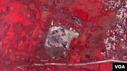 Foto satelit lumpur lahar di Sidoarjo, Jawa Timur yang ditunjukkan oleh area warna merah (foto: NASA, 20 Oktober 2009).