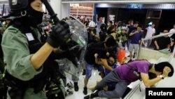 香港警察星期天(11月3)在大埔超級城內驅散示威者。路透社