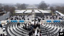 Persiapan bagi Inagurasi Presiden AS berlangsung tangga Gedung Capitol, Minggu (13/1).