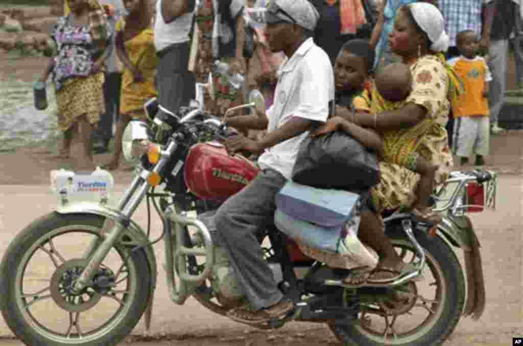Familia moja ikihamisha mali zao kwa pikipiki kutoka nyumbani kwao huko Pugu Majohe.