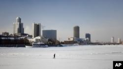 葉卡捷琳堡座落著一些高層建築,市中心的湖泊冬天結了冰 。