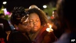 Prizor sa protestnog bdenja ispred gradske većnice u Severnom Čarlstonu, Južna Karolina, zbog ubistva Voltera Skota, 8. april 2015.