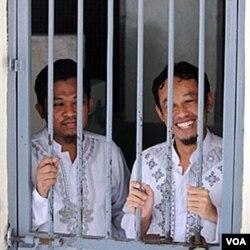 Rohmat Puji Prabowo (alias Bejo) dan Supono (alias Kedu) di dalam sel mereka. Keduanya didakwa menyembunyikan Noordin M. Top dan sejumlah teroris lain.