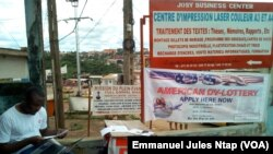 César, un jeune étudiant camerounais en train de faire les inscriptions en ligne à la loterie américaine au lieu-dit Cradat à l'université de Yaoundé 1, Cameroun, 5 octobre 2017. (VOA/Emmanuel Jules Ntap)