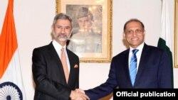اعزاز احمد چوہدری اپنے بھارتی ہم منصب ایس جے شنکر کے ساتھ۔ فائل فوٹو