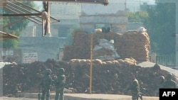 Sirijski vojnici kraj vojnog kontrolnog punkta nedaleko od Homsa