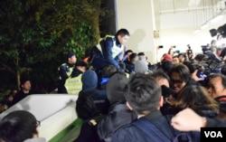有學生阻止警員進入校園大樓的停車場執法。(美國之音湯惠芸攝)