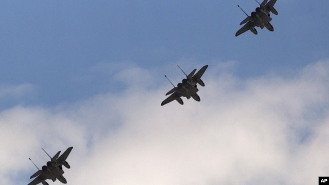 A trio of F-15 jets fly over Arlington, Virginia near the Pentagon, June 17, 2011 (file photo).