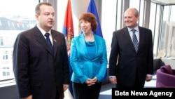 Premijer Srbije Ivica Dačić, visoka predstavnica Evropske unije Ketrin Ešton i šef srpske diplomatije Ivan Mrkić tokom jedne od ranijih poseta srpske delegacije Briselu