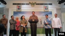 Menkopolhukam Luhut Panjaitan, didampingi para menteri terkait, menjelaskan perkembangan penanganan kebakaran hutan dan lahan di kantor Presiden, Jakarta (23/10). (VOA/Andylala Waluyo)