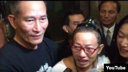 Cộng đồng người Việt trong đó có blogger Điếu Cày ra đón blogger Tạ Phong Tần tại sân bay Los Angeles.