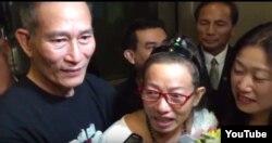 Cộng đồng người Việt trong đó có blogger Điếu Cày ra đón blogger Tạ Phong Tần tại phi trường Los Angeles 22/09/ 2015.