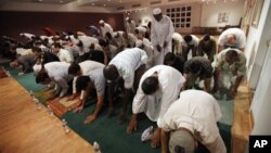 Salah satu acara shalat tarawih yang diorganisir warga Muslim di daerah Dulles, Virginia di pinggiran Washington DC (foto: dok).