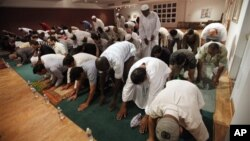 Shalat tarawih yang diorganisir All Dulles Area Muslim Center ini diadakan di sinagoga Northern Virginia Hebrew Congregation di Ashburn, Reston, negara bagian Virginia (foto: dok).