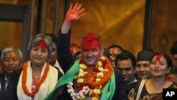ທ່ານ Baburam Bhattarai ໂບກມືໃສ່ພວກສະໜັບສະໜຸນໃນສະພາ ທີ່ກຸງກັດມັນດຸ ຫລັງຈາກຖືກເລືອກເປັນ ນາຍົກລັດຖະມົນຕີຄົນໃໝ່ ວັນທີ 28 ສິງຫາ 2011.