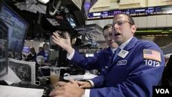 Michael Pistillo, especialista de mercado trabajando en la bolsa de valores de Wall Street en la mañana de este martes 9 de agosto de 2011.