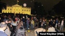 Orang-orang berkumpul di depan Gedung Putih di Washington DC (14/5/2014) untuk mengenang para korban musibah tambang di Turki yang menewaskan lebih dari 280 orang.