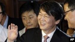 Ông Ahn Cheol-soo, nhà triệu phú đứng đầu công ty sản xuất phần mềm máy tính Hàn Quốc