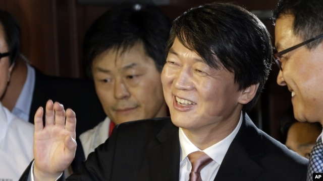 Ahn Cheol-soo, the founder of Seoul-based antivirus maker AhnLab, waves as he arrives for a press conference in Seoul, South Korea, Sept. 19, 2012.