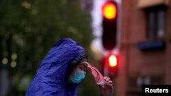 Một người phụ nữ trùm kín thân thể đi trên đường ở Vũ Hán, thủ phủ tỉnh Hồ Bắc, sau khi lệnh phong tỏa được dỡ bỏ, ngày 10 tháng 4, 2020.