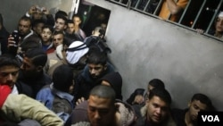 Warga Gaza berkumpul saat jenazah Abdullah Mohana, militan Jihad Islam, dibawa ke rumah sakit Nasser di Khan Younis, selatan Jalur Gaza, Palestina (5/11).