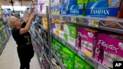 """Tammy Compton sedang menata pembalut tampon di Compton's Market Sacramento, California, 22 Juni 2016. Negara bagian Nevada baru saja memutuskan mencabut pajak untuk produk-produk kebersihan feminin atau dikenal dengan julukan """"pink tax."""""""