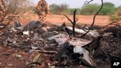 Militer Perancis mengamankan lokasi jatuhnya pesawat Air Algerie AH5017 di Mali, Jumat (25/7).