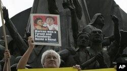 Seorang demonstran memprotes permintaan untuk menguburkan mantan diktator Filipina, Ferdinand Marcos, di taman makam pahlawan di Quezon City, utara Manila. (Foto: Dok)