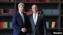 美国国务卿克里与俄罗斯外交部长谢尔盖·拉夫罗夫握手拍照。