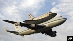 미 플로리다주 케네디 우주센터에서 개조된 747제트기에 얹혀 캘리포니아 주의 과학센터로 옮겨지고 있는 우주왕복선 엔데버호.