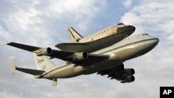 Tàu con thoi Endeavour, trên lưng một máy bay phản lực, khởi hành từ Trung tâm Vũ trụ Kennedy, thứ Tư, 19/9/2012, ở Cape Canaveral, Florida