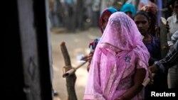 Phụ nữ Ấn Ðộ xếp hàng chờ bỏ phiếu tại làng Shabazpur Dor trong bang Uttar Pradesh, ngày 17/4/2014.