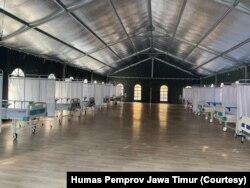 Gubernur Jawa Timur Khofifah Indar Parawansa saat meninjau kesiapan rumah sakit lapangan, sebelum peresmian. (Foto: Humas Pemprov Jawa Timur)