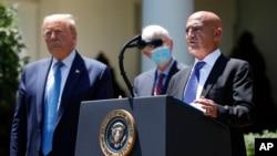 Ông Moncef Slaoui, người đứng đầu chương trình vaccine COVID-19 của Tổng thống Donald Trump, thuyết trình về virus corona tại Vườn Hồng, Tòa Bạch Ôc, ngày 15/5/2020.