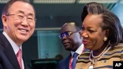 La présidente Catherine Samba-Panza (à dr.) et Ban Ki-moon (à g.), qui a fait adopter la résolution approuvant l'opération de maintien de la paix onusienne