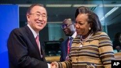 Ban Ki-moon (à g.), saluant la présidente de la République centrafricaine, Catherine Samba-Panza, à Bruxelles mercredi