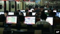 Warga China menggunakan internet di sebuah warung internet di Beijing (foto: ilustrasi).